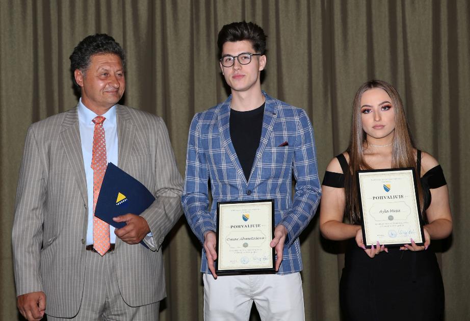 Priznanje za odličan uspjeh: Ambasador Hajrić, Omar Ahmetašević i Ayla Mešić
